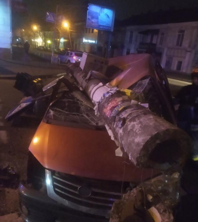 У Херсоні дві автівки розчавило бетонним стовпом