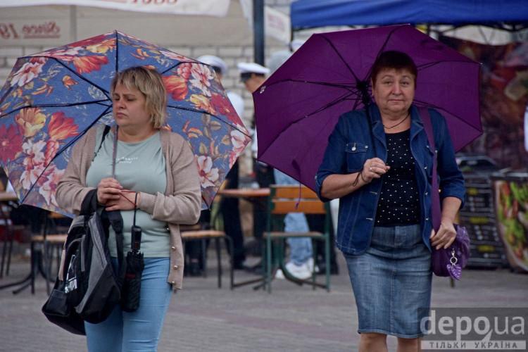 Дві жінки під парасольками